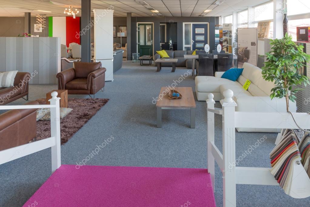 Showroom del negozio di mobili moderni e di lusso foto for Design di showroom di mobili