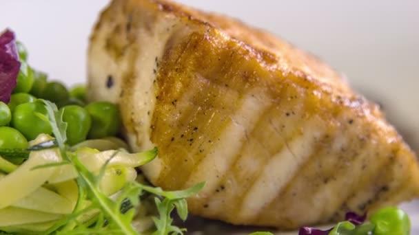 rybí steak s dušené cukety hrášek