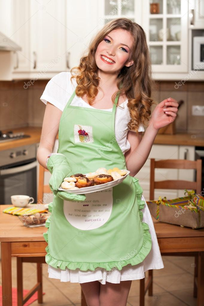 в на кухне девушка картинка переднике