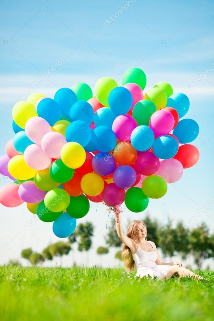 Voorkeur Gelukkige verjaardag vrouw tegen de hemel met regenboog-gekleurde &VF27