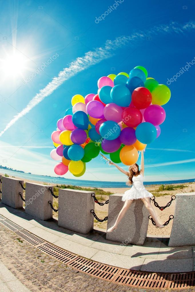 verjaardag vrouw Gelukkige verjaardag vrouw tegen de hemel met regenboog gekleurde  verjaardag vrouw