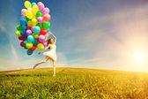 Všechno nejlepší k narozeninám žena proti obloze s zbarvené vzduchu ba