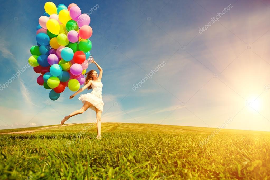 Femme De Joyeux Anniversaire Contre Le Ciel Avec Ba Air Multicolores