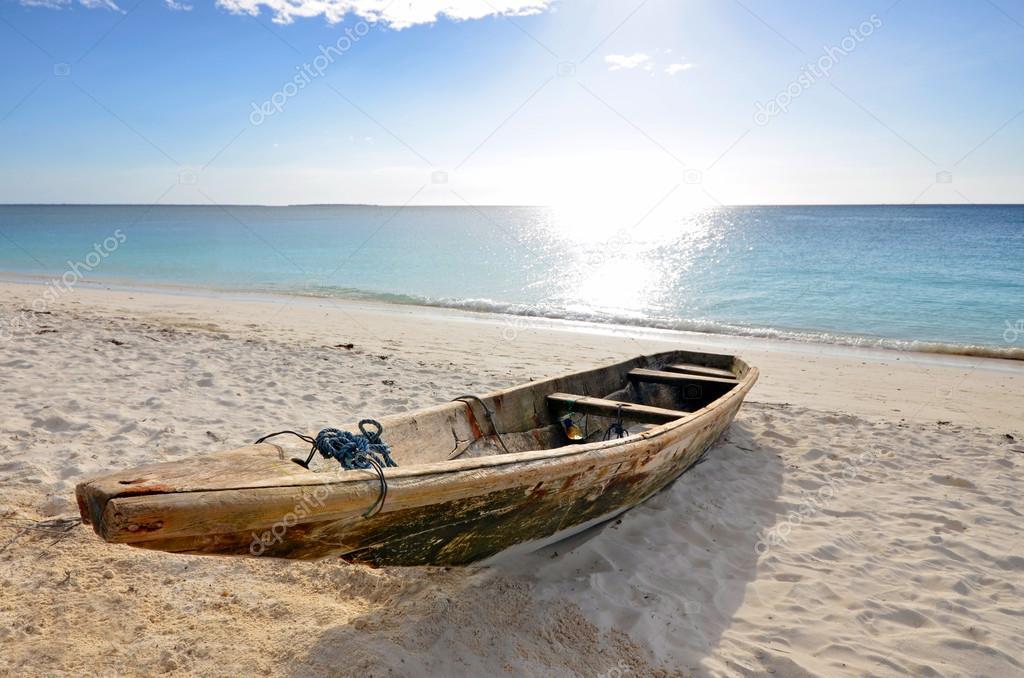 Fisherman on the Beach at Low Tide, Zanzibar, Tanzania скачать