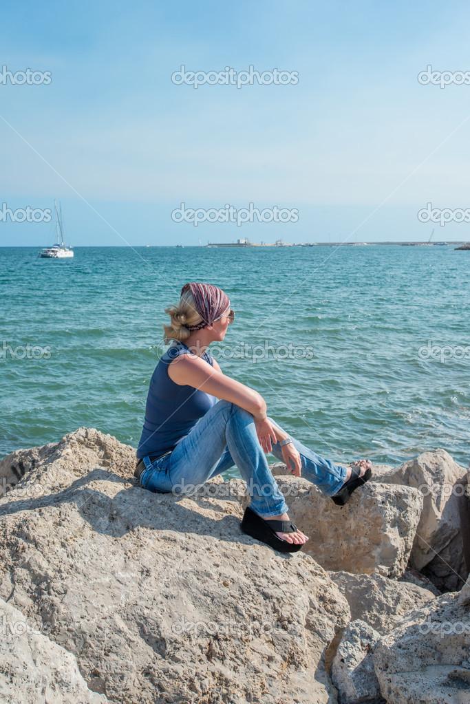 reiziger man zittend op een rots op de achtergrond van een