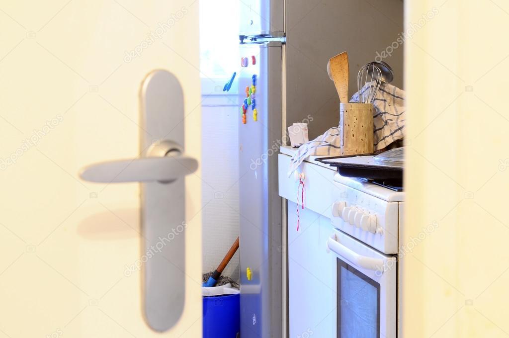 Chaos in der Küche durch Tür — Stockfoto © fullempty #48323687