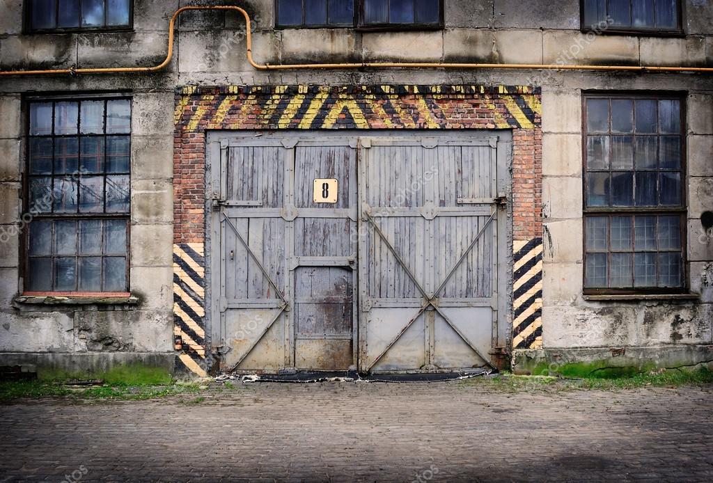 Abbandonata la vecchia fabbrica con la porta chiusa e le - La vecchia porta ...