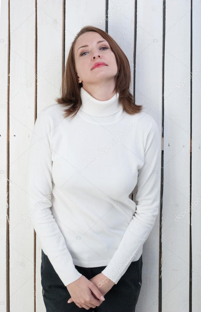 8308dd76b2e0 Όμορφη γυναίκα στο λευκό Ζιβάγκο στον τοίχο σανίδες — Φωτογραφία Αρχείου