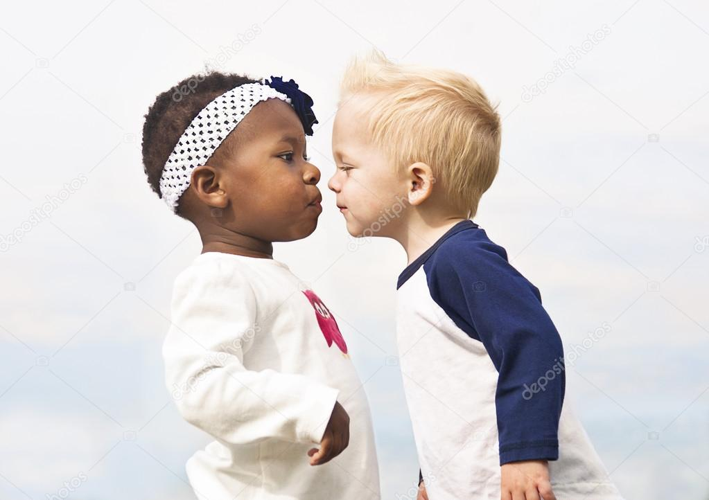 Kussen Voor Kinderen : Divers weinig kinderen bezig met kussen u stockfoto yobro