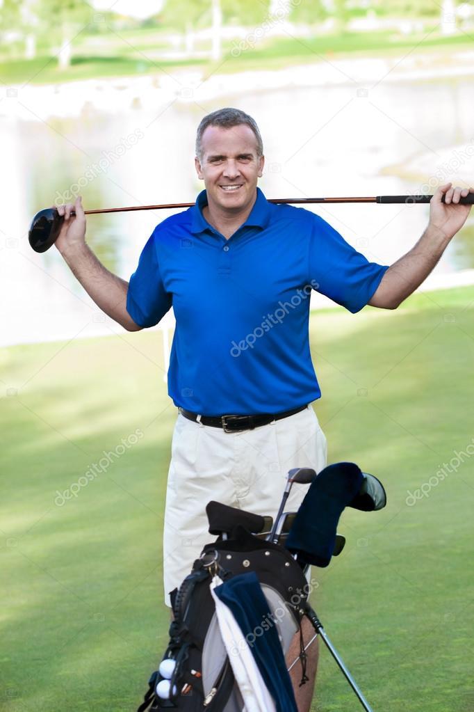 Golf Sahasında Gülümseyen Yakışıklı Olgun Erkek Stok Foto
