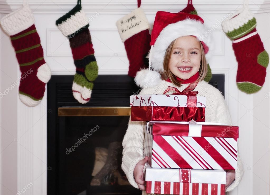 Junge Mädchen halten Weihnachtsgeschenke — Stockfoto © yobro10 #41535943