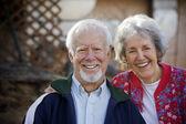 starší pár, s úsměvem