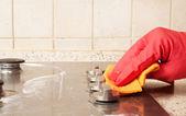Fényképek A férfi takarítás gáztűzhely
