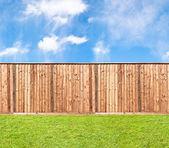 dřevěný plot v trávě