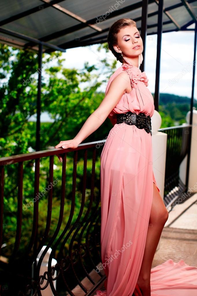 modelo de vestido rosa brillante posando al aire libre — Fotos de ...