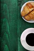 Fotografie káva a croissanty s kopií prostor
