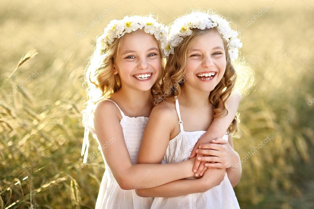 3 sisters photo shoot ideas - Portrait of two little girls twins — Stock