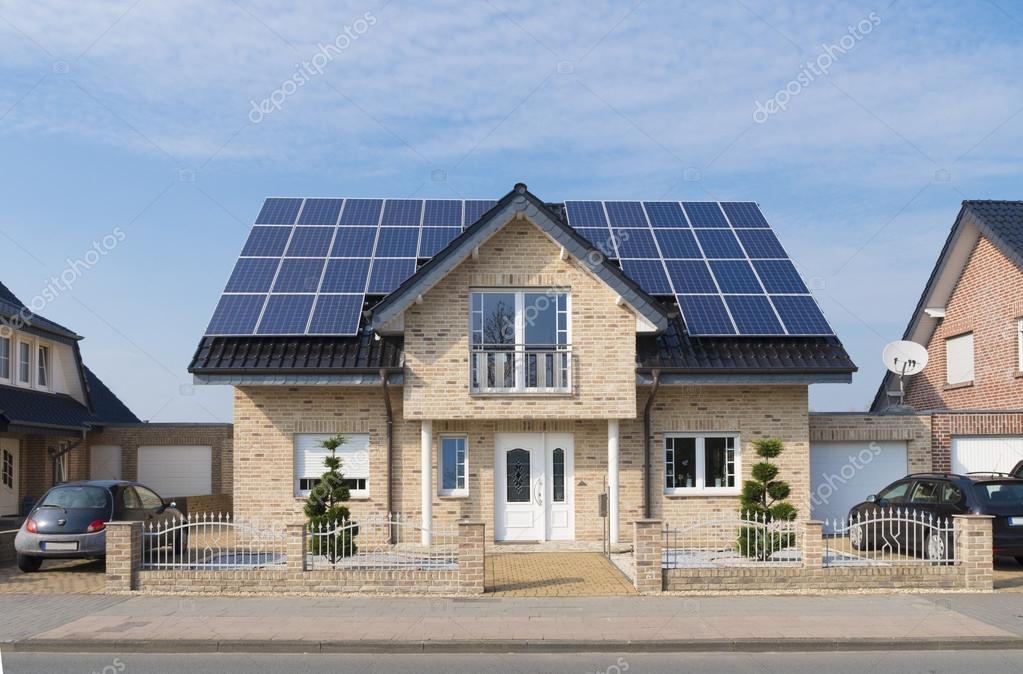 Pannelli solari sul tetto foto editoriale stock for Pannelli solari immagini