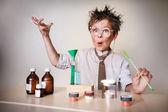 Őrült tudós. Fiatal fiú kísérletek elvégzése