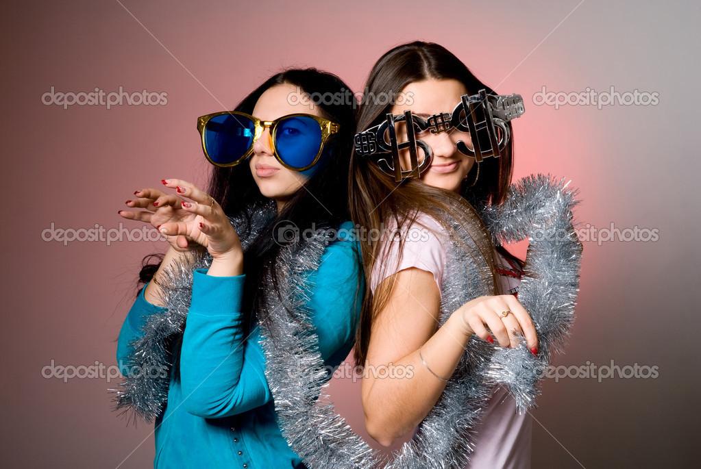 84e194c479df28 twee meisjes in de grote fancy bril — Stockfoto © kanzefar  16931339