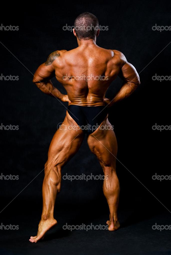gebräunte Bodybuilder zeigt Muskeln von Armen und Rücken — Stockfoto ...