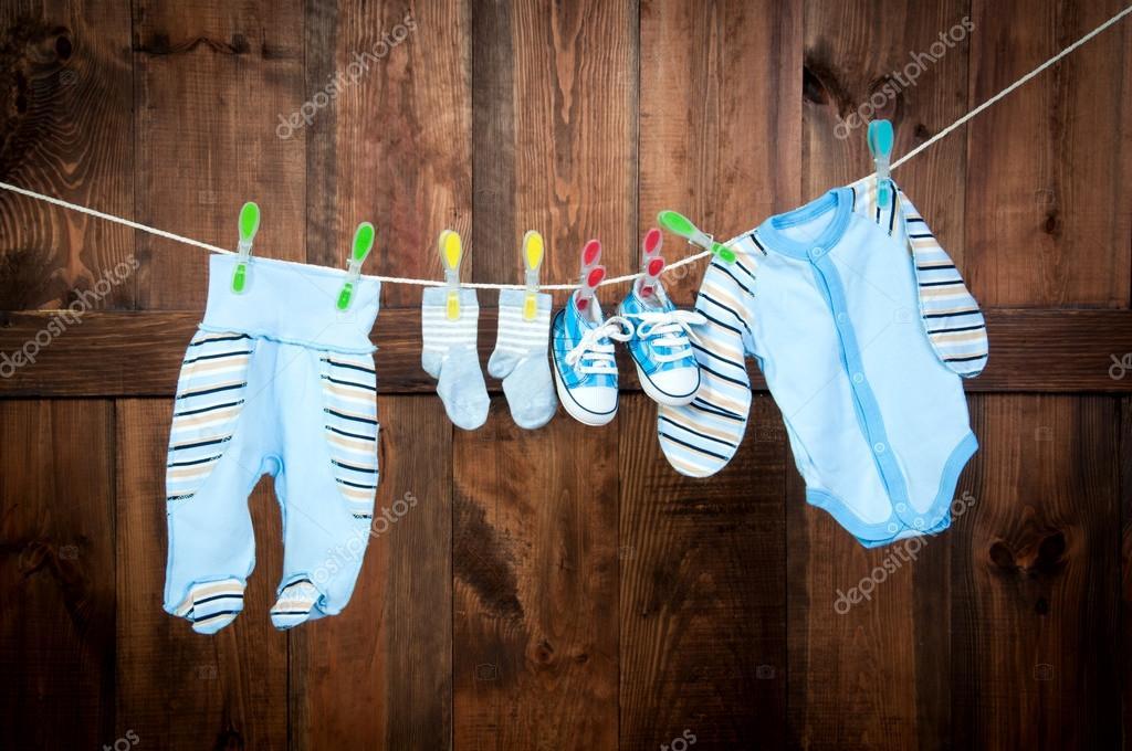 Kinderkleidung auf wäscheleine  Trocknen auf der Wäscheleine, Hintergrund braun Boards — Stockfoto ...