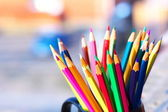barevné tužky ve sklenici