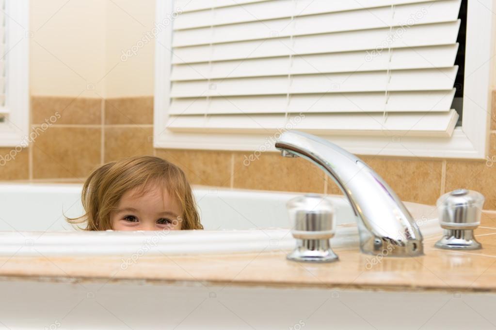 Vasca Da Bagno Non Scarica : Happyliy nasconde nella vasca da bagno u foto stock oocoskun