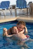 Matka a dcera hravé v bazénu
