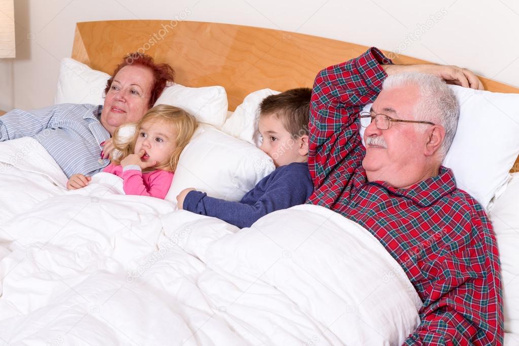 Бабушка и дедушка в постели