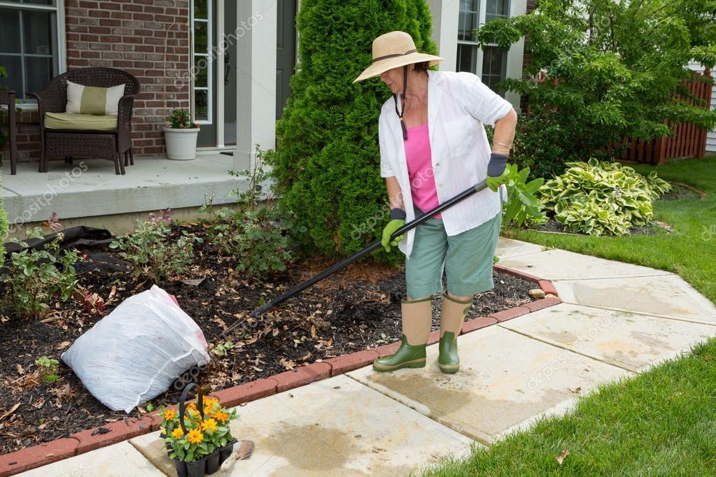 Se 241 Ora Mayor Haciendo Trabajo De Limpieza En El Patio