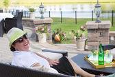 Starší žena si vychutnávat drink na terase