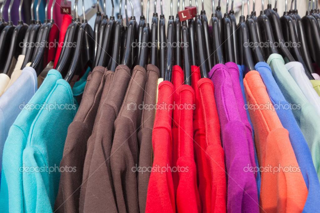 3e598226e trilho de camisolas de malha em várias cores — Fotografias de Stock ...