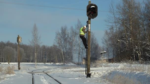 železničář se mobilní telefon na pól majáky signál