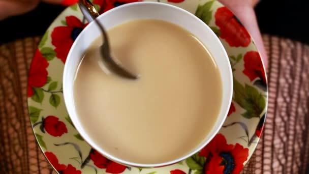 žena s šálkem kávy nebo čaje epizoda 6