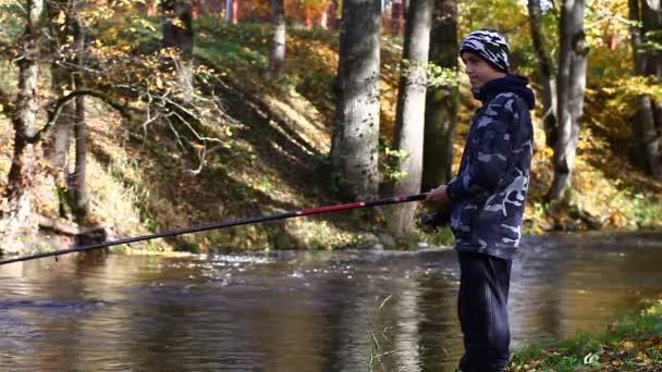 őszi episode 9-folyó közelében halászó fiú