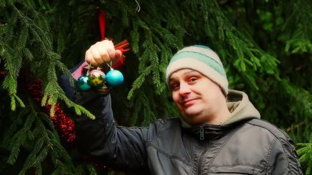 Mann mit Weihnachtsschmuck Blasen bunte Teilchen