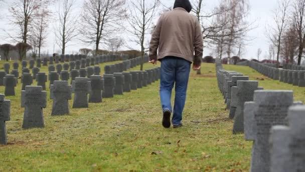 muž blízko hrobu vojáka
