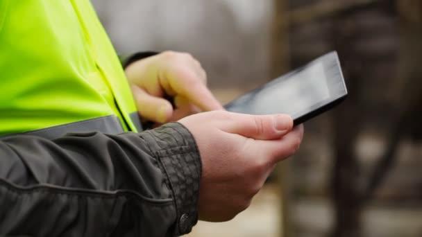 stavební inspektor s tablet pc nedaleko zřícené budovy epizoda 5