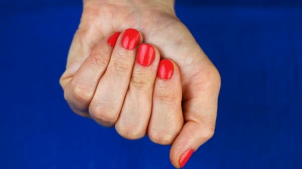 Frauenhand mit Pillen