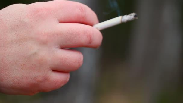 Hand mit Zigarette Episode 1