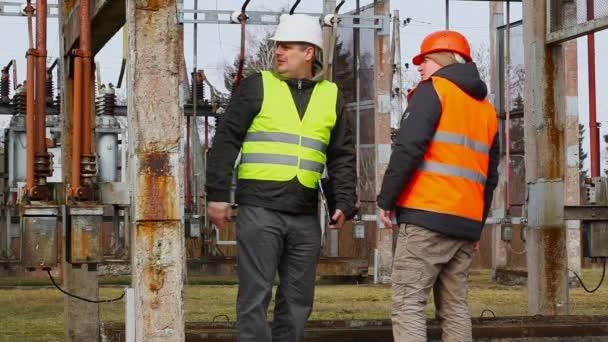 dvou elektrických pracovníků v elektrické rozvodny