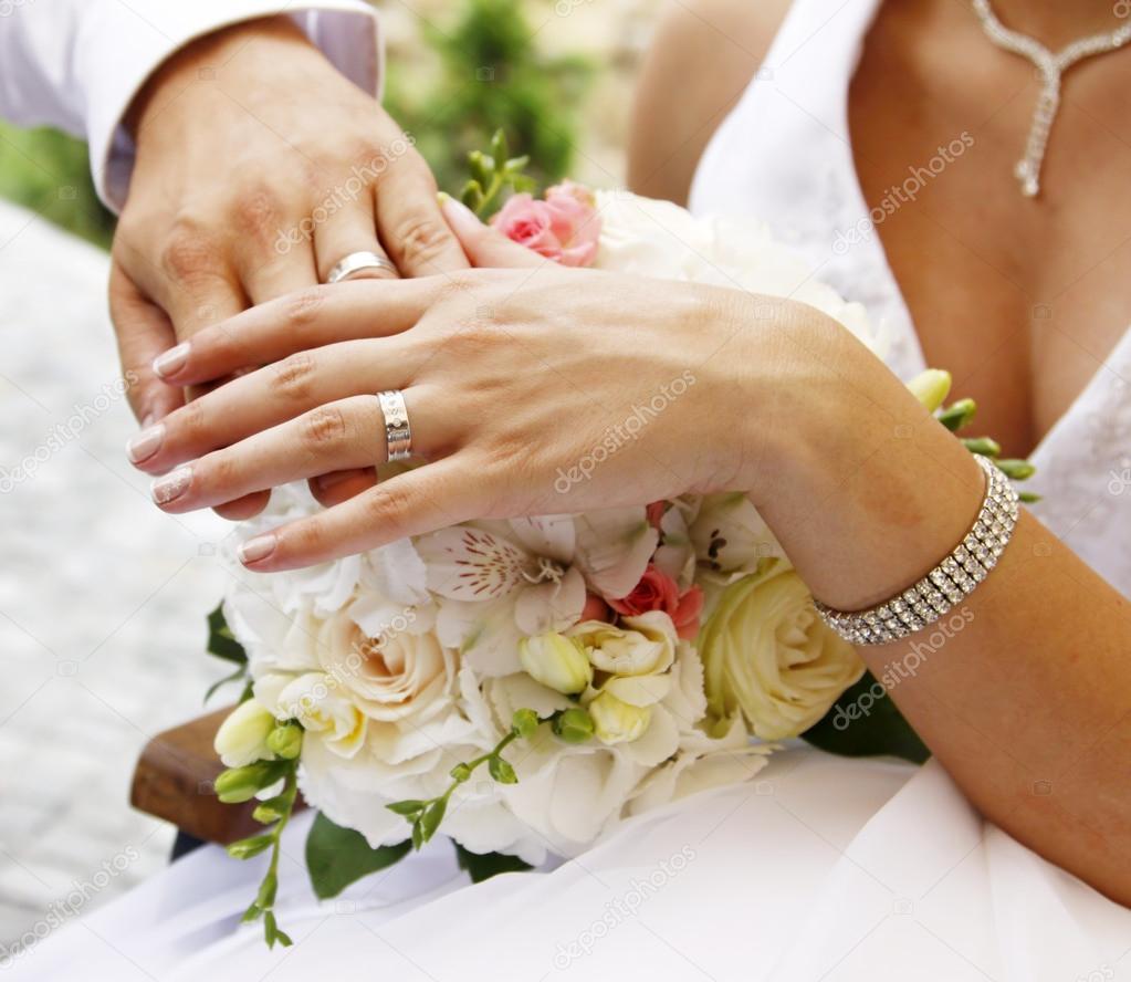 Ɖ�和婚礼的花束上的戒指 ś�库照片 169 Melis82#15388915