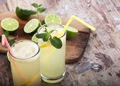 Friss lime és limonádé fa alapon