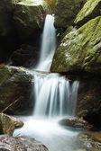 la piccola cascata e rocce nella foresta, Thailandia