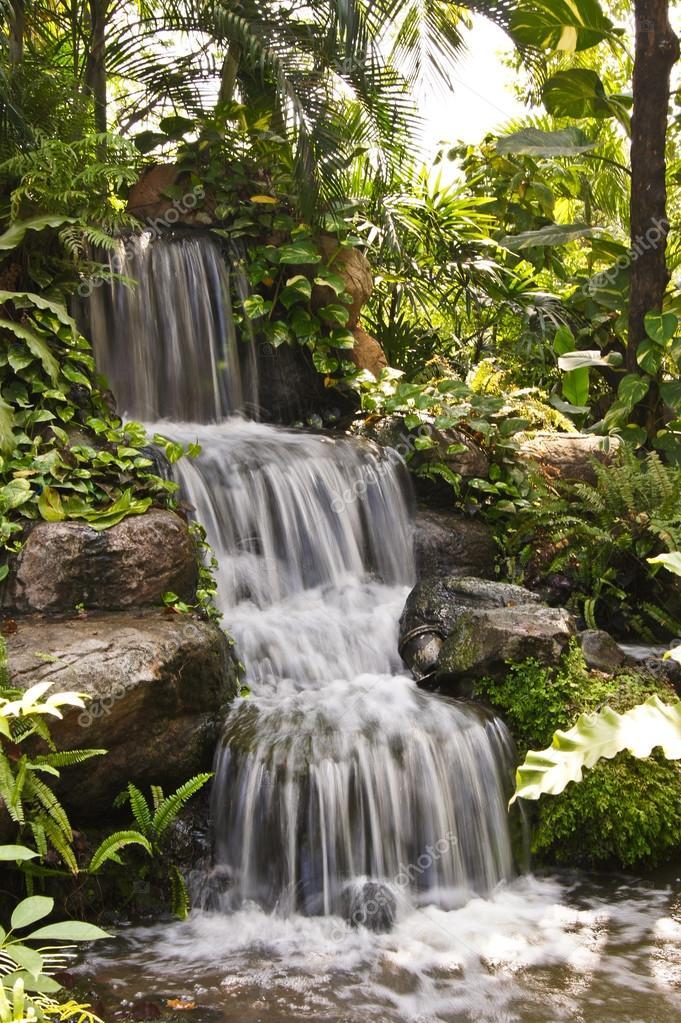vattenfall i trädgården