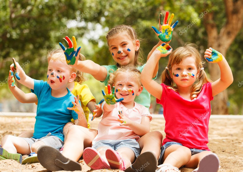 Счастливые дети с окрашенной руками — Стоковое фото ...