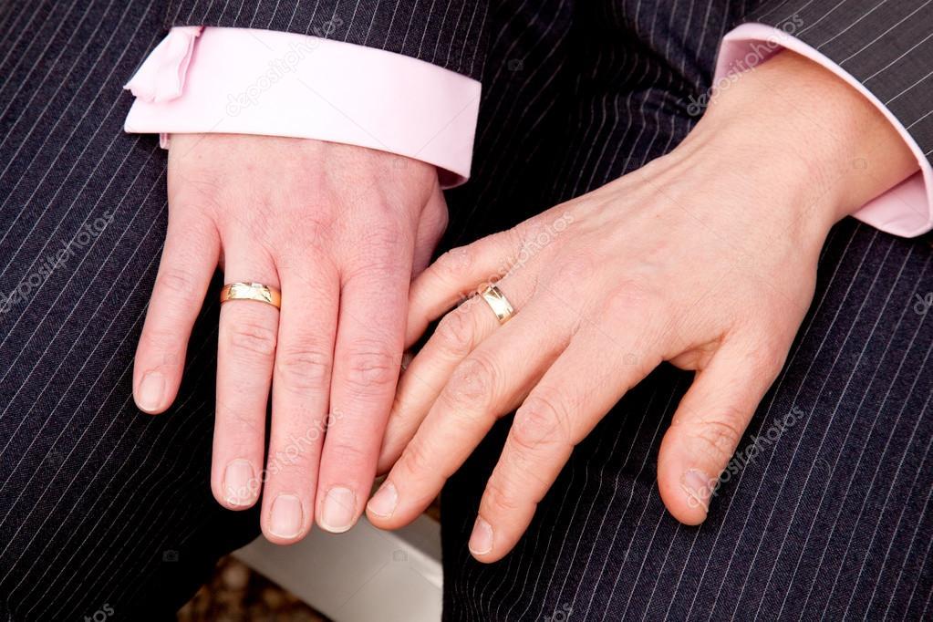 Фото женская рука с обручальным кольцом