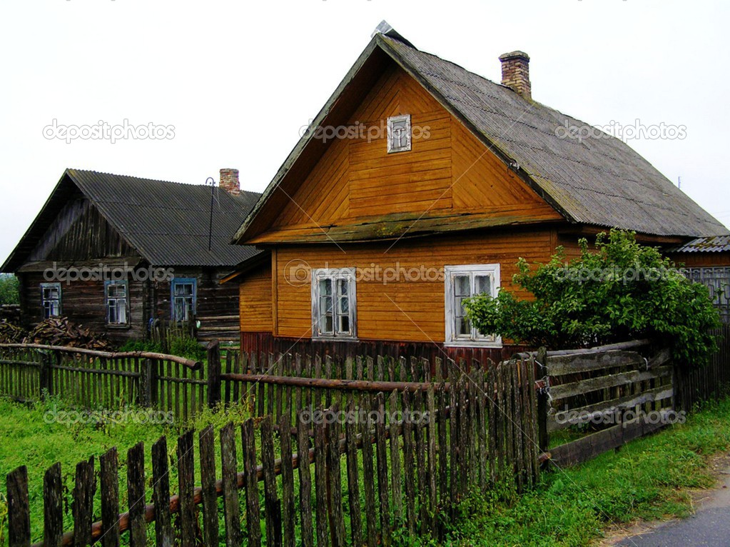 Case in legno di bielorussia foto stock kasiaczn 38129223 for Case ricoperte di edera