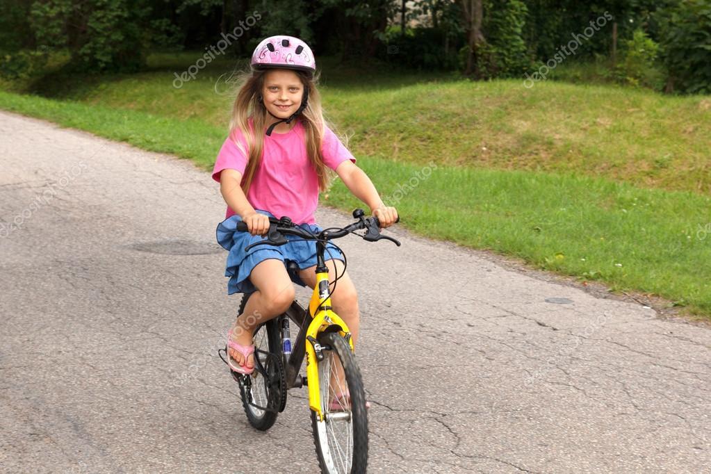 Niña Feliz Andar En Bicicleta: Niña Aprendiendo A Andar En Bicicleta